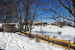 Aux abords immédiats du centre de vacances - La neige