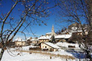 Le charmant village de Sint-Vincent-les-Forts sous la neige
